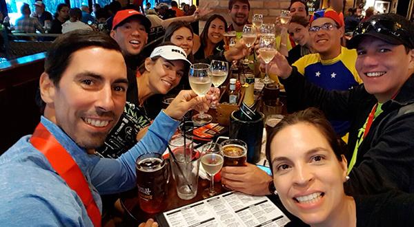 Algunos de los venezolanos presentes festejan luego de enfrentar con éxito el desafío/Cortesía