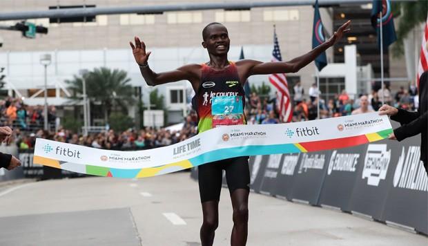 El  keniata Ezekiel Kipsang, de 22 años y quien debutaba en Miami, fue el primero en llegar a la meta con un tiempo de 2h16m36s/El Nuevo Herald