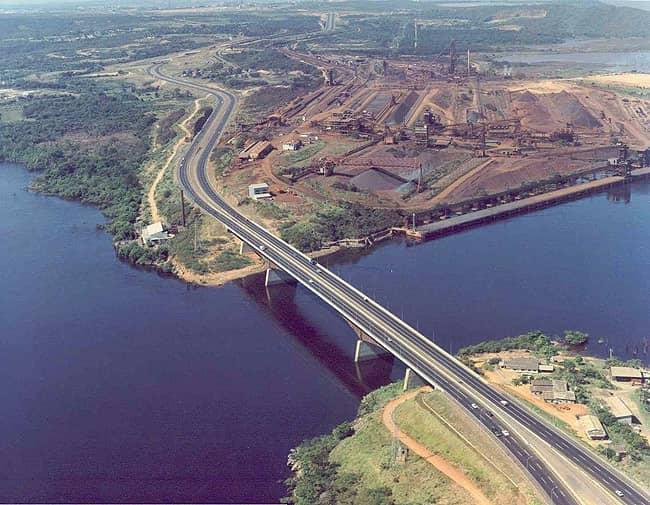 Uno de los dos puentes que los participantes atravesarán en el recorrido