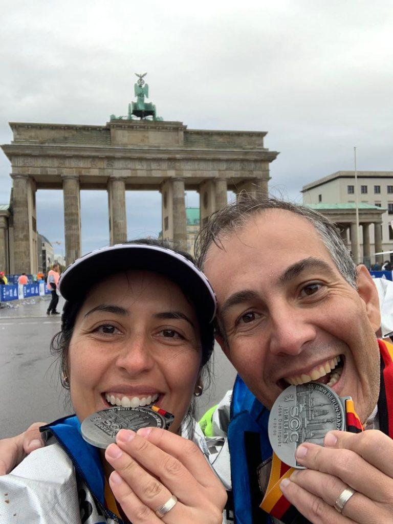 Los recién casados Laura Sánchez y José (Tony) Domínguez, dos de los 132 venezolanos que culminaron el maratón de Berlín