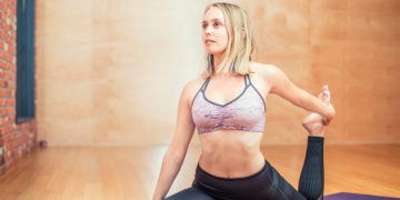 El estiramiento y algunas posturas de yoga ayudan mucho a mantenerse en forma y despejar la mente/Pixabay